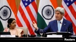 Ngoại trưởng Mỹ John Kerry (phải) và Bộ trưởng Ngoại giao Ấn Độ Sushma Swaraj tại 1 cuộc họp báo chung ở New Delhi, Ấn Độ, 30/8/2016.