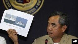 Phó đô đốc Alexander Pama trình bày các hình ảnh tàu giám sát Trung Quốc ngăn chặn một chiếc tàu của hải quân Philippines bắt giữ ngư dân Trung Quốc đánh bắt cá bất hợp pháp, ngày 11/4/2012