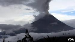El reporte del Instituto Geofísico indica que se observan emisiones de columnas de ceniza de hasta tres kilómetros sobre el cráter.