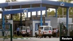 紅十字會和俄羅斯援助物資車隊,在位於俄羅斯和烏克蘭邊境等候檢查。