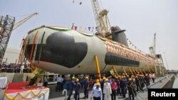 Para pekerja di lokasi industri kapal selam 'Scorpene,' kapal selam pertama yang dibuat di Mumbai India (foto: ilustrasi). Ekonomi India diperkirakan akan tumbuh 7,6 dan 7.7 persen tahun 2015 dan 2016, melampaui pertumbuhan ekonomi China.