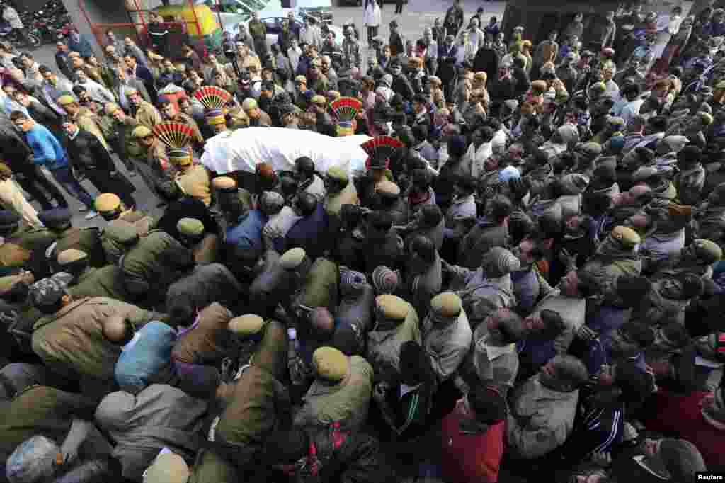 Police and relatives carry the body of Subhash Tomar, a police man, during his funeral in New Delhi, December 25, 2012. Tomar died after he was injured during a protest over a gang rape in New Delhi.