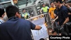 香港泛民团体到中联办抗议香港白皮书(推特图片)