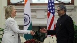 هیلاری کلینتون وزیر امور خارجه آمریکا به همراه اس. ام. کریشنا همتای هندی خود. دهلی نو ۱۹ ژوئیه ۲۰۱۱