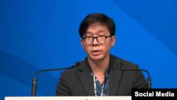 Dennis Châu, con trai của ông Châu Văn Khảm, phát biểu tại Geneva Summit 18/02/2020 kêu gọi quốc tế can thiệp để ông Khảm được phóng thích. Facebook Viet Tan