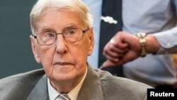제2차 세계대전 당시 아우슈비츠 수용소에서 경비병으로 근무했던 전직 독일 나치 친위대원 레인홀트 해닝 씨가 17일 법원에 출두했다.