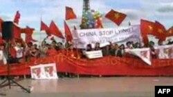 Giới trẻ Việt Nam biểu tình chống Trung Quốc ở Paris, 24/6/2011