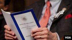 Los miembros del congreso llevaron lazos blancos y negros durante el Mensaje a la Nación, en honor a la congresista Gabrielle Giffords.