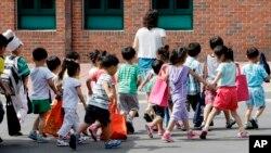 부모와 함께 북한을 탈출해 한국에 온 탈북민 어린이들이 학교 수업을 마치고 한국의 북한이탈주민 정착 지원 시설인 하나원으로 복귀하고 있다. (자료사진)