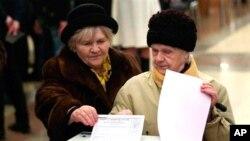 러시아 대선 투표가 시작된 가운데 4일 모스크바에 마련된 한 투표소를 찾은 유권자들