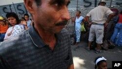 Mercado popular en Caracas: la percepción de Estados Unidos entre los venezolanos ha mejorado notablemente.