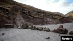 秘鲁当地居民2015年在抗议拉斯邦巴斯矿时封锁了一条道路。