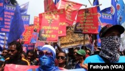 Belasan ribu buruh dari berbagai serikat pekerja memperingati hari buruh internasional atau yang akrab disebut May Day dengan melakukan unjuk rasa di depan Istana Negara, Jakarta, Senin, 1 Mei 2017. (VOA/Fathiyah Wardah)
