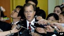 지난 9월 한국을 방문한 미국의 글린 데이비스 대북정책 특별대표가 한국의 조태영 6자회담 대표와 회담한 후 기자들의 질문에 답하고 있다. (자료사진)
