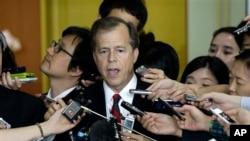 지난 10일 한국을 방문한 글린 데이비스 미 대북정책 특별대표가 외통부에서 기자회견을 가지고 있다.