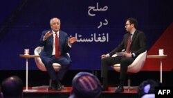 Utusan Khusus AS untuk Perdamaian dan Rekonsiliasi Afghanistan, Zalmay Khalilzad (kiri), berbicara dalam sebuah forum bersama Direktur TOLO news, Lotfullah Najafizada, di stasiun TV Tolo di Kabul, 28 April 2019.