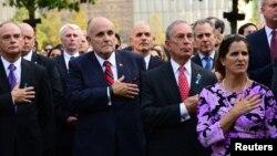 2013年9月11日前市长朱利安尼(左二)和现任纽约市市长迈克尔·布隆伯格(右二)出席世界贸易中心9/11纪念