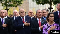 Mantan Walikota Rudy Giuliani (dua dari kiri) dan walikota New York Michael Bloomberg (dua dari kanan) menghadiri upacara peringatan 12 tahun peristiwa 11 September di World Trade Center di New York (11/9).