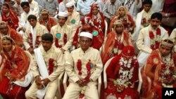 بھارت میں ہندو مسلمان جوڑوں کی اجتماعی شادی کی تقریب۔ فائل فوٹو