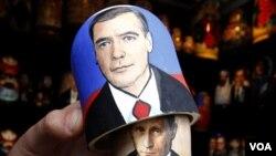 Boneka tradisional Rusia, Matryoshka, bergambar PM Vladimir Putin dan Presiden Medvedev menjadi souvenir di St.Petersburg menjelang pemilu Rusia (foto: dok).