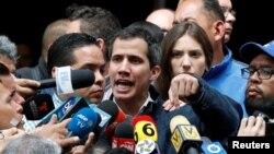 베네수엘라 임시대통령을 자임한 후안 과이도 국회의장이 27일 베네수엘라 카라카스에서 미사를 마친 뒤 취재진의 질문에 답하고 있다.