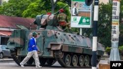 15일 짐바브웨에서 군부 쿠데타가 발생한 가운데, 수도 하라레 도로를 군인들이 통제하고 있다.