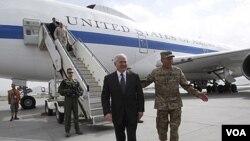 Menteri Pertahanan AS Robert Gates disambut oleh komandan pasukan NATO di Afghanistan, Jenderal David Petraeus di bandara Kabul (4/6).