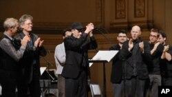 Steve Reich, u sredini, nakon koncerta u Carnegie Hallu