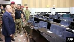 Thủ tướng Iraq Haider al-Abadi xem xét thiệt hại sau khi những người biểu tình xông vào tòa nhà Quốc hội Iraq trong khu vực Xanh kiên cố của Baghdad, ngày 1//5/2016.