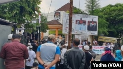 Suasana aksi demo di depan kantor KPU Solo, Jumat (26/4). (Foto: VOA/Yudha)