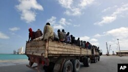 Des ressortissants Nigériens dans le port de Misrata, en Libye, attendent leur évacuation, le 9 juillet 2012.