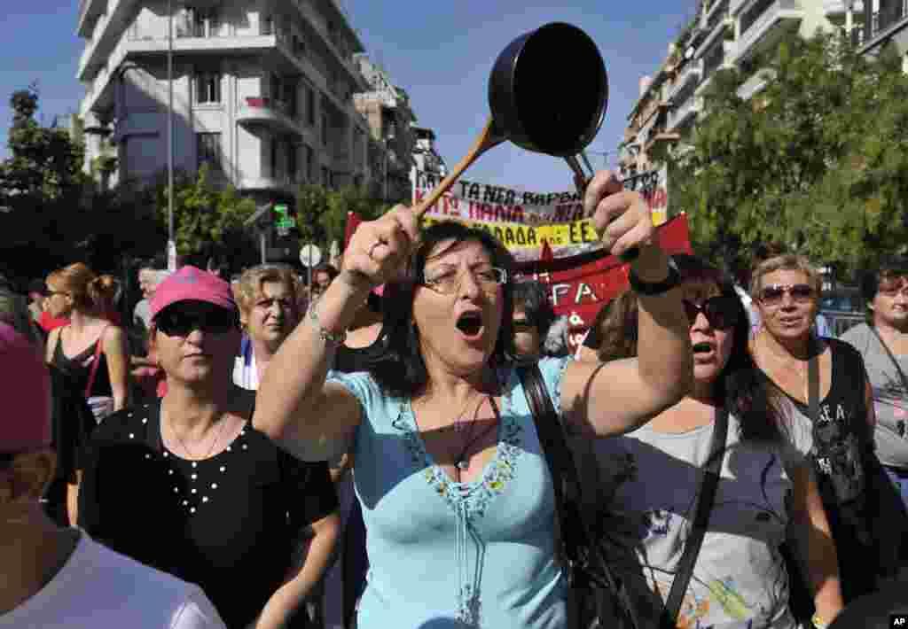 18일 그리스 항구 도시 데살로니키에서 정부의 긴축 정책에 항의하는 시위대.
