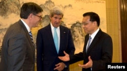 Chinese Premier Li Keqiang (R) speaks to U.S. Treasury Secretary Jack Lew (L) and U.S. Secretary of State John Kerry (C) during a meeting at the Zhongnanhai leadership compound in Beijing, China, July 10, 2014.