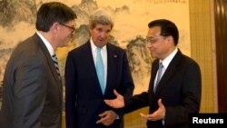 杰克盧參加了7月10日在北京中南海舉行的新一輪美中戰略與經濟對話。圖為杰克盧(左)﹐克里(中)及李克強(右)