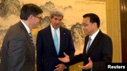 PM China Li Keqiang (kanan) berbicara dengan Menkeu AS Jack Lew (kiri) dan Menkeu AS John Kerry, di Beijing, Kamis (10/7).