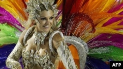 Một vũ công của trường samba Mocidade diễu hành trong lễ hội tại Sambadrome ở Rio de Janeiro, Brazil, ngày 20/2/2012