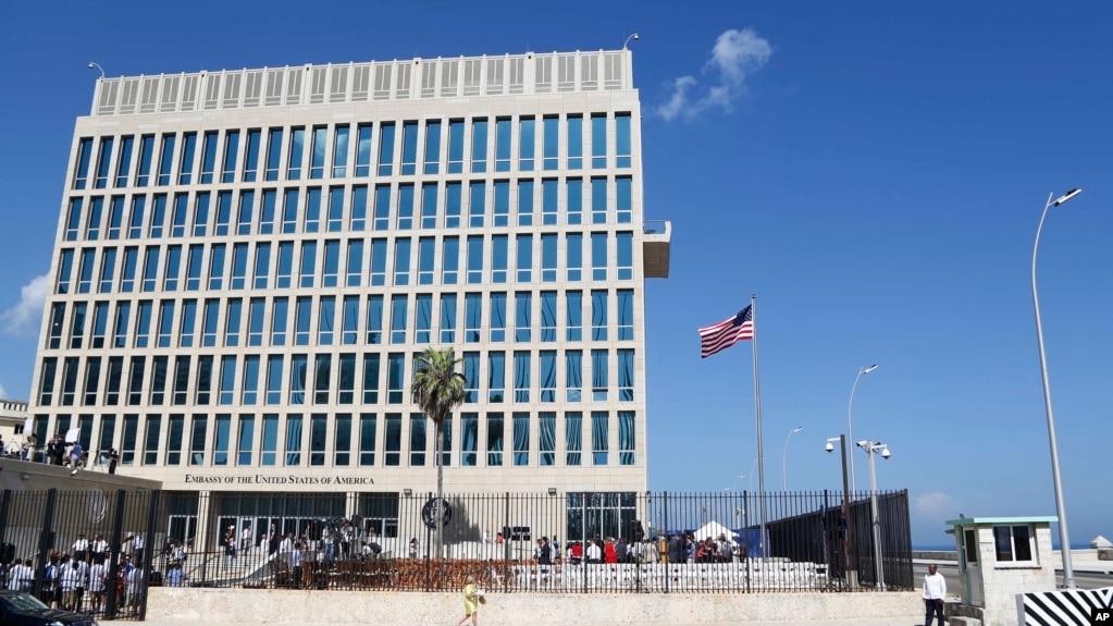 En esta foto de agosto de 2015, una bandera ondea en la Embajada de EE.UU. en La Habana, Cuba. Investigadores de EE.UU. analizan varias teorías sobre lo que podría estar afectando a diplomáticos estadounidenses en Cuba, incluidos un ataque sónico, un arma electromagnética o un dispositivo de espionaje