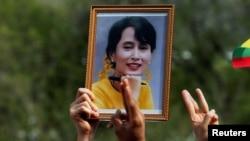 Công dân Myanmar giơ ảnh bà Aung San Suu Kyi trong cuộc biểu tình ở Bangkok, Thái Lan, hôm 22/2/2021.
