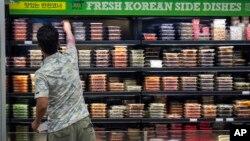 Seorang berbelanja makanan Asia di sebuah toko di Fairfax, Virginia (foto: ilustrasi).