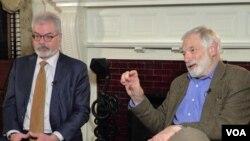 로버트 갈루치 전 국무부 북 핵 특사(오른쪽)와 게리 세이모어 전 백악관 대량살상무기 조정관이 VOA 안소영 기자와의 대담에 참석했다.