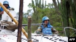 Des Casques bleus patrouillent à bord d'un véhicule blindé sur une route près de Tongo, à quelque 45 km au nord de Goma, Nord-Kivu, 11 mars 2014..