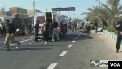 Sebuah ambulans tiba di lokasi untuk mengangkut korban luka-luka dalam pemboman di Chahbahar, Iran, Rabu 15 Desember 2010.