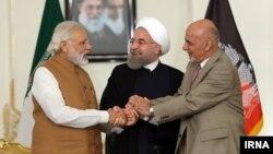 رئیس جمهوری افغانستان، نخست وزیر هند، و رئیس جمهوری ایران پس از امضای توافقنامه توسعه چابهار دستان یکدیگر را فشردند.