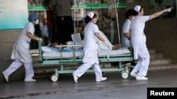 2014年8月2号江苏昆山大爆炸后医务人员正全力抢救受伤者