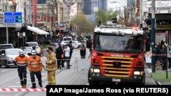 Personil Layanan Darurat di daerah yang mengalami kerusakan akibat gempa bumi di pinggiran Windsor, Melbourne, Australia, 22 September 2021. (Foto: AAP Image/James Ross via REUTERS)