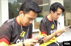 Husni (kiri) dan Langga (kanan) tengah berlatih rutin PUBG mobile