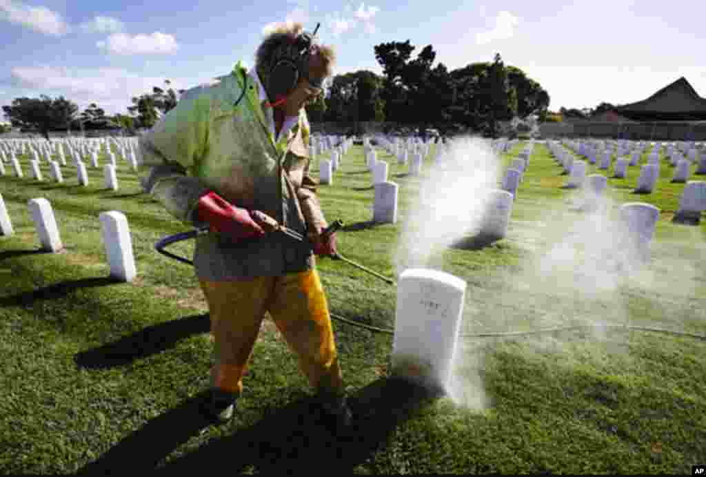 Samuel Sweitzer washes grave stones in preparation for Veterans Day at the Golden Gate National Cemetery in San Bruno, Calif. (AP/Paul Sakuma)