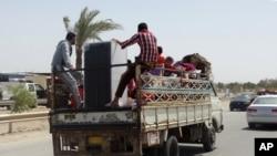 Civiles huyendo de Ramadi, Irak, el lunes, 18 de mayo, de 2015.