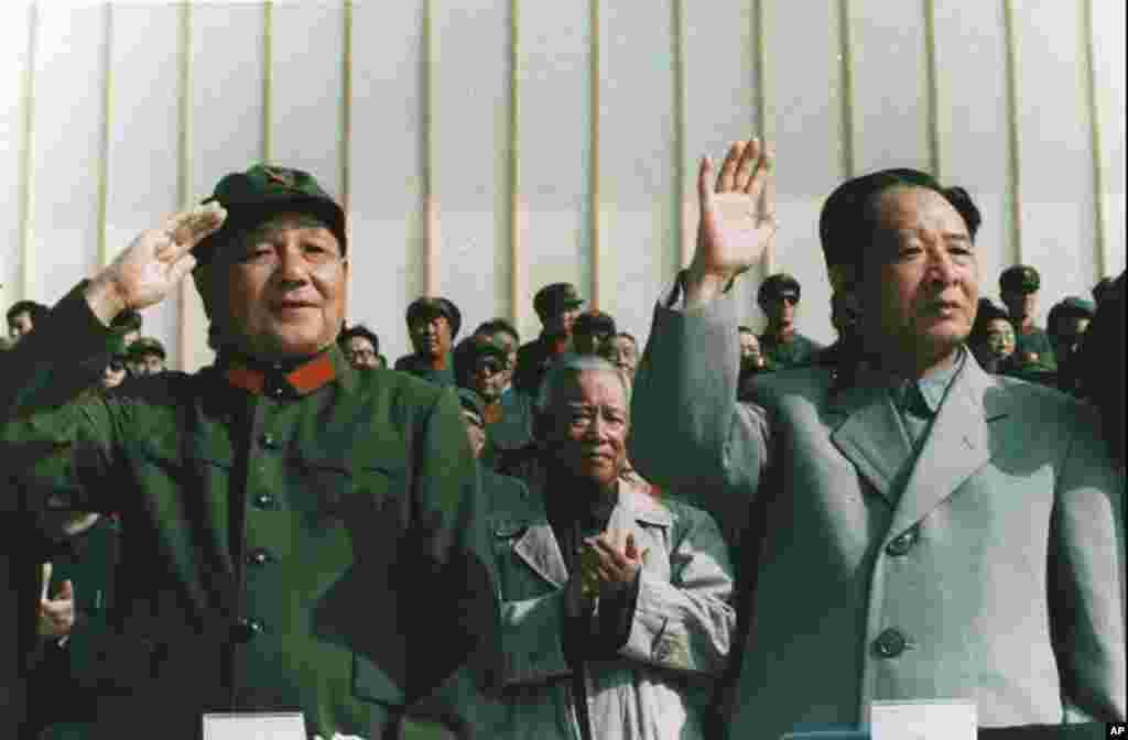 1981年9月,中国军委主席邓小平身穿军装和中共总书记胡耀邦一起检阅部队。 胡耀邦比较开明,当过中共党主席和总书记,后来被邓小平等元老赶下台。其中有些元老在文革中被打倒,是在胡耀邦等人的努力下获得解放的。2018年11月18日,胡耀邦大型铜像在其家乡湖南浏阳揭幕。不过,没有任何中央官员参加仪式,最高官员为湖南省委副书记乌兰。据报道胡耀邦铜像是经中共中央和国务院批准的。