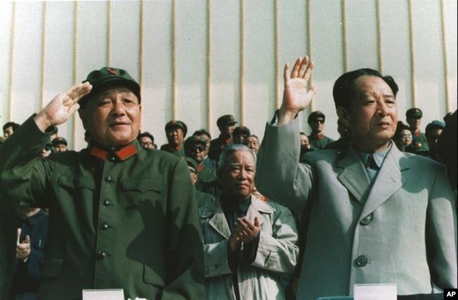 1981年9月,中国军委主席邓小平身穿军装和中共总书记胡耀邦一起检阅部队。